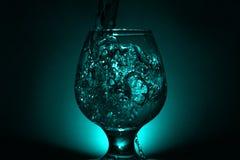 Einfaches Stilllebenfoto des Alkohols im Weinglas und im hellen s Stockbild