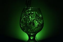 Einfaches Stilllebenfoto des Alkohols im Weinglas und im hellen s Lizenzfreie Stockfotos