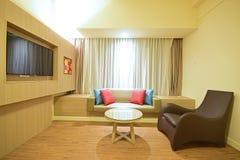 Einfaches und nettes Wohnzimmer stockfotografie