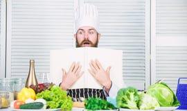 Einfaches und schnelles n?hrendes biologisches Lebensmittel K?che kulinarisch vitamin Gesundes Lebensmittelkochen Reifer Hippie m stockfotografie