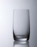 Einfaches untertriebenes leeres Wasserglas Lizenzfreie Stockfotos