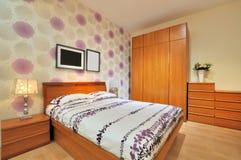 Einfaches verziertes Schlafzimmer Lizenzfreie Stockfotografie