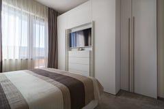 Einfaches weißes Schlafzimmer Stockbilder
