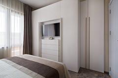 Einfaches weißes Schlafzimmer Stockbild