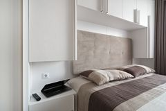 Einfaches weißes Schlafzimmer Stockfotos