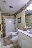 Einfaches weißes Badezimmer mit Wanne Lizenzfreie Stockbilder