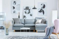 Einfaches Wohnzimmer mit Malereien stockfotografie