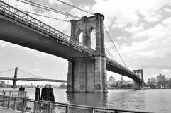 Einfarbige Ansicht der Brooklyn-Brücke Lizenzfreie Stockfotografie