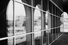 Einfarbige Architekturglasbögen stockfoto