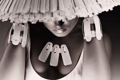 Einfarbige Aufstellungsfrau im weißen Hut und in den Armbändern Stockfoto