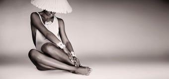 Einfarbige Frau, die im weißen Körper sitzt Lizenzfreie Stockfotografie