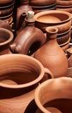 Einfarbige keramische handgemachte Flaschen, Krüge und Wannen Stockfotos
