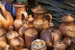 Einfarbige keramische handgemachte Flaschen und Krüge Stockfotografie