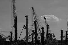 Einfarbige silhouttes von dockside Kränen am industriellen Hafen in Rostock stockfoto