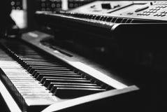 Einfarbige Tastaturen im Fokus in einem Blick lizenzfreie stockbilder