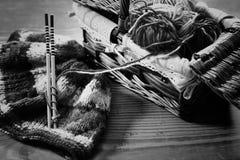 Einfarbige Wolle und Stricknadeln Stockfotografie