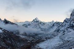 Einfarbiger Bergblick von Ama Dablam-Gipfel an Lizenzfreie Stockfotografie