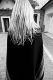 Einfarbiges Bild der stilvollen Blondine von hinten Stockbild