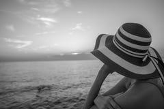 Einfarbiges Bild einer Frau, die den Abstand über dem O untersucht lizenzfreie stockbilder