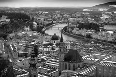 Einfarbiges Foto der Vogelperspektive der alten Stadt Salzburg lizenzfreies stockbild