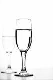 Einfarbiges Foto des Champagners auf weißer Tabelle auf weißem Hintergrund Stockfotos