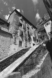 Einfarbiges Foto des großen Treppenhauses an der alten Stadt mit schmalen Straßen stockfotos