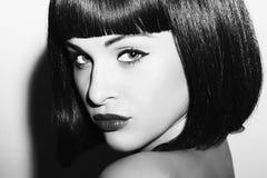 Einfarbiges Porträt des schönen Brunette-Mädchens Gesundes schwarzes Haar Pendel Haarschnitt Zurückblickende Zusammenfassung Lizenzfreies Stockbild