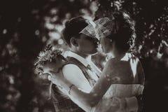Einfarbiges Schwarzweiss-Foto der Hochzeit das Braut- und Bräutigamporträt Stockbild