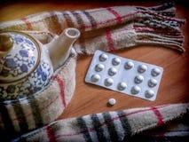 Einfassungen eines Schals zu einer Teekanne zusammen mit Kapseln, Konzeptpalliativmedizin lizenzfreies stockbild