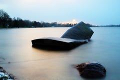 Einfelder voient le lac d'Einfeld juste avant le coucher du soleil et les chutes de neige Image libre de droits