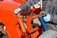 Einfetten des Traktor-Kolbens stockbild