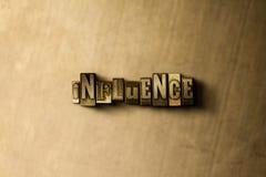 EINFLUSS - Nahaufnahme des grungy Weinlese gesetzten Wortes auf Metallhintergrund Stockbilder