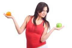 Einflussfrucht der jungen Frau - Apfel und Orange Lizenzfreie Stockfotografie