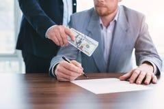Einflussreicher Beamter, der ein Bestechungsgeld gibt lizenzfreies stockfoto