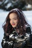 Einfrierende Frau abgedeckt im Schnee Lizenzfreie Stockfotos