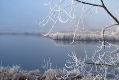 Einfrierender Morgen in Fluss Stockbild