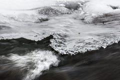 Einfrierender Nebenfluss Stockfoto