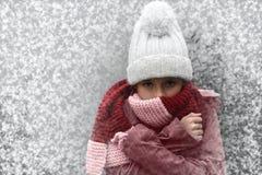 Einfrierendes Mädchen Stockfotografie