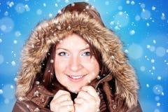 Einfrierendes Mädchen und Schneeflocken stockfotografie