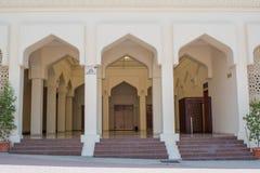 Eingang in der alte erstaunliche arabische Sahnefarbheiligen Moschee Stockbilder