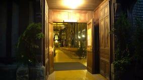 Eingang der alten europäischen Kirche, offene Türen, die Besucher zum Gebäude einladen stock video
