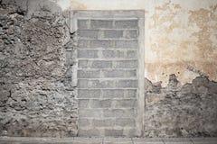 Eingang in der alten Wand blockiert mit konkreten Ziegelsteinen Stockfoto