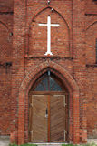 Eingang der Ziegelsteinkirche Stockbilder