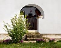 Eingang des alten Dorfhauses Stockfotografie