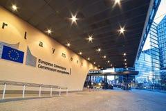 Eingang des Berlaymont-Gebäudes, Hauptsitze der Europäischen Kommission mit dem Organisationslogo stockfotografie