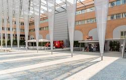 Eingang des FoxTown, der größte Direktverkauf speichert Mitte in Südeuropa, ist in Mendrisio des Bezirks Tessin lizenzfreie stockbilder