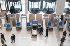 Eingang des Geschäftszentrums Metalldetektoren, Sicherheit lizenzfreies stockfoto