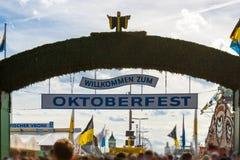Eingang des größten Volksfestivals der Welt - das oktober lizenzfreies stockbild