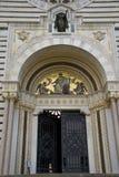Eingang des hervorragenden Cemeterr, Mailand, Italien Stockfotos