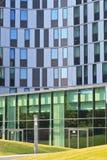 Eingang des modernen Bürokontrollturms stockbilder